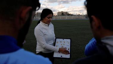 بالفيديو.. مها جنّود نموذج عربي للمدربة النسائية في كرة قدم الرجال