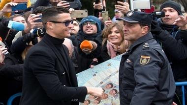 كريستيانو رونالدو مهدد بالتجريد من أوسمة الشرف في البرتغال