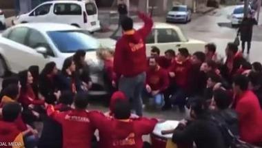 """مشهد """"صادم"""" لسيارة تدهس مشجعي كرة قدم وسط إسطنبول"""