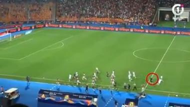 لقطة ذكية جدا من مدرب الجزائر لمنع نيجيريا من تسجيل هدف التعادل - بالجول