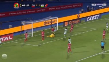 هدف نيجيريا الأول في مرمى تونس بعد خطأ كارثي من الحارس - بالجول