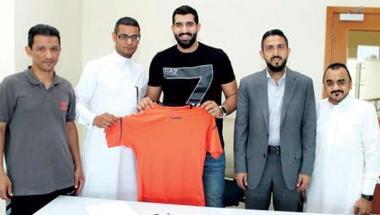حارس البحرين يذود عن مرمى مضر في مونديال الأندية لكرة اليد