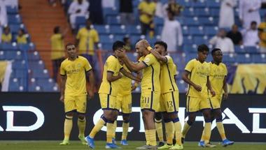 النصر يكتفي بثنائية أمام ضمك في انطلاق الدوري السعودي
