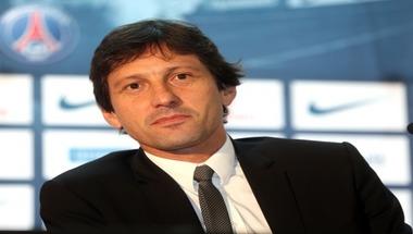 مدير سان جيرمان يرمي كرة نيمار في ملعب برشلونة
