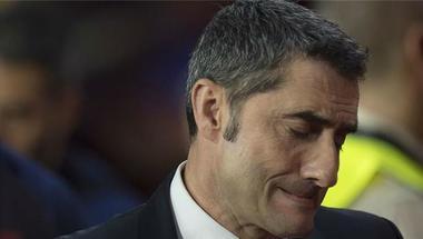عقب الهزيمة من غرناطة.. ESPN: نجوم برشلونة فقدوا ثقتهم في فالفيردي وهذا موقف بارتوميو