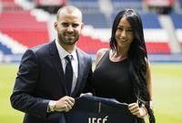 خيسي وزوجته أثتاء تقديمه بقميص باريس