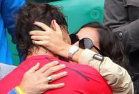 صديقة نادال تقبله بعد الفوز بإحدي البطولات