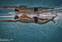 يعتبر الماء أثناء عمليّة السباحة مُقاوماً لعمل العضلات ممّا يعمل على بنائها