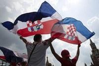 مباراة جماهيرية خارج الملعب بين جماهير فرنسا وكرواتيا في نهائي المونديال