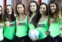 نادي  فيتشنزا الإيطالي يستغل مراهقات جميلات في جمع الكرات بدلاً من الأطفال