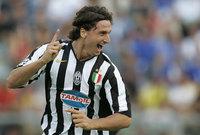 انتقل لاحقاً إلى يوفنتوس مقابل 16 مليون يورو نال زلاتان شهرة واسعة في الدوري الإيطالي الممتاز وأستطاع الحصول علي الدورى مرتين لكن تم سحبهما بسبب فضيحة الكالتشيو في 2006
