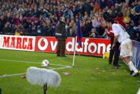 في مباريات كرة القدم يقوم الجمهور أحيانًا بإلقاء زجاجات المياه أو الشماريخ داخل الملعب، ولكن في بعض الأوقات يقومون بأمور جديدة ويلقون أشياء مختلفة مثل رأس الخنزير على لويس فيجو في كامب نو
