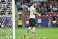في مباراة لمنتخب إيطاليا للشباب وبعد إشاعات عن اقتراب جيانلوجي دوناروما من الرحيل عن ميلان، ألقى الجمهور رزمًا مالية للهجوم على اللاعب