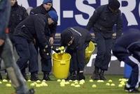 في مباراة بين لايبزيج وفرانكفورت في الدوري الألماني، ألقى الجمهور كرات تنس صغيرة احتجاجًا على خوض المباراة يوم الإثنين.