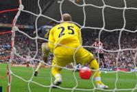ألقى جمهور سندرلاند كرة شاطئية على الملعب في مباراة ضد ليفربول، وتسببت الكرة في تغيير مسار تسديدة لاعب الريدز لتنتهي المباراة بهزيمة فريق الميرسيسايد
