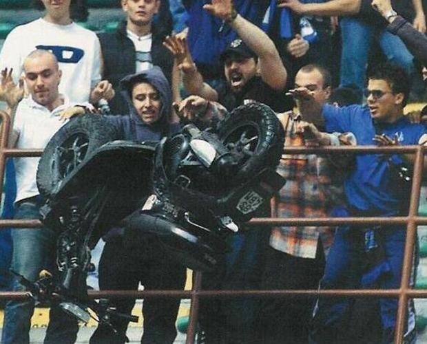 من أغرب الوقائع في الدوري الإيطالي حينما قرر جمهور إنتر حرق دراجة نارية وإلقائها في الملعب عام 2001 ضد أتالانتا