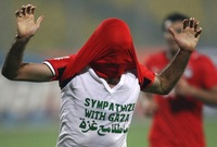 """خطف الأضواء في كأس الأمم الافريقية 2008 عندما احتفل بتسجيل هدف بإظهار قميصه الداخلي المكتوب عليه """"تعاطفا مع غزة"""" ورغم أنه تلقى بطاقة صفراء إلا أنه حظى بشعبية هائلة"""
