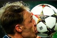 بنيديكت هوفيدس مدافع شالكه عند اصطدام الكرة بوجهه خلال مباراة مع لشبونة البرتغالي. لحسن الحظ لم يصب المدافع الألماني بأي مكروه.