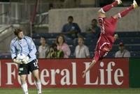 لاعب يطير في الهواء أثناء أحدي مباريات دوري أبطال أوروبا