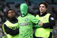 مشجع لفريق سيلتك الاسكتلندي يقتحم الملعب بقناع غريب خلال جولة الفريق في أستراليا