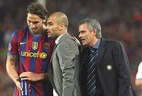 مورينيو يحاول الاستماع إلى تعليمات جوارديولا للاعب إبراهيموفيتش أثناء مباراة برشلونة وإنتر ميلان