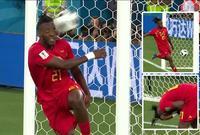 باتشواي مهاجم بليجكا يحاول تسديد الكرة لكن تصطدم بوجهه في مشهد غريب