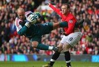 الإنجليزي روني على طريقة المصارعين مع حارس ليفربول السابق بيبي رينا