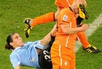 كاسيريس مدافع أورجواي يسدد وجه لاعب هولندا بدل من الكرة
