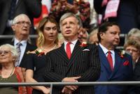 في شهر ابريل عام 2011 سيطر الملياردير الأميركي ستان كرونكي على الحصة الأكبر في نادي ارسنال الإنكليزي