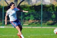 كتب موقع الفيفا عنها انها تستحوذ على إعجاب الجميع في فرنسا بالأخص جمهور فريق ليون