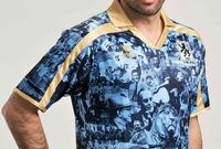 صمم هذا القميص عام 2010 للاحتفال بالذكرى المائة والخمسين لنادي بايرن 1860. وظهر على القميص مجموعة من نجوم الفريق عبر التاريخ بشكل عشوائي جعلت من ينظر إليه يشعر بالفوضى.