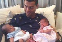 النجم البرتغالي رونالدو رفقة أبنائه