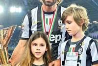 بيرلو أسطورة الكرة الإيطالية رفقة أبنائه