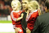 جيرارد أسطورة ليفربول رفقة أبنائه