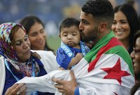 النجم العربي رياض محرز رفقة عائلته