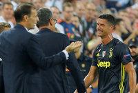 حيث كان يبكي عندما لا يمرر له زملائه الكرة في المباريات