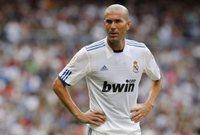 الأيقونة الفرنسية، وأسطورة اللوس بلانكوس، انتقل إلى ريال مدريد في صيف 2001، قادمًا من يوفنتوس، بمقابل قدره نحو 77.5 مليون يورو