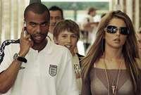 كما ارتبط كول بفضيحة جنسية أخرى مع فيكي جو التي تعمل سكرتيره نادي ليفربول