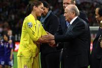 رئيس الاتحاد الدولي لكرة القدم السابق، جزوزيف بلاتر، اتهم هو الآخر بالتحرش بحارسة مرمى المنتخب الأمريكي هوب سولو
