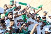 وانطلقت مباراة الجزائر وكوت ديفوار في تمام الساعة السادسة على ملعب السويس.