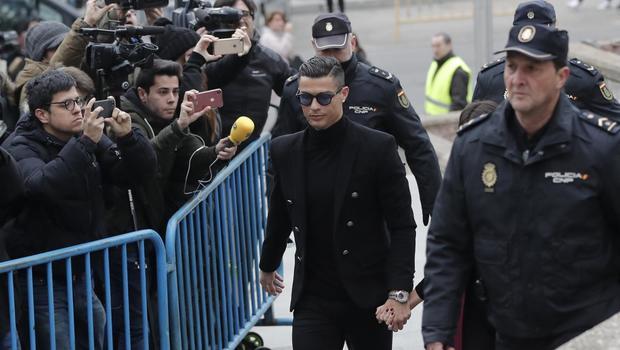 تبدأ شرطة كوريا الجنوبية تحقيقا في انتهاك البرتغالي كريستيانو رونالدو قوانين بلدها بسبب غيابه عن المشاركة في مباراة ضد نجوم الدوري الكوري الجنوبي، بحسب صحيفة آس الإسبانية.
